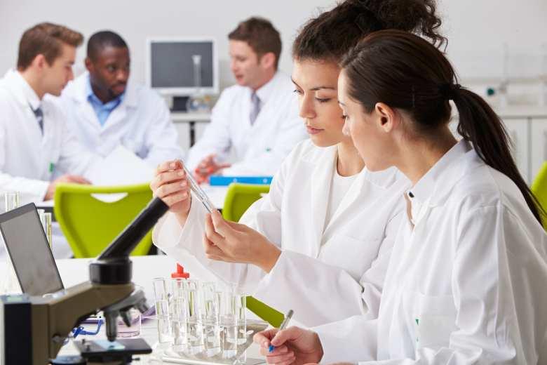 Mitarbeiter der Chemie Industrie in einem Labor