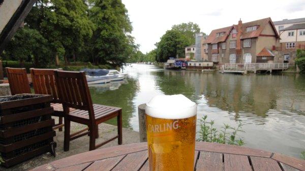 Bier am Fluss