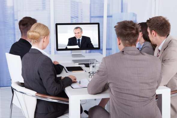 englische videokonferenz in einem Büro
