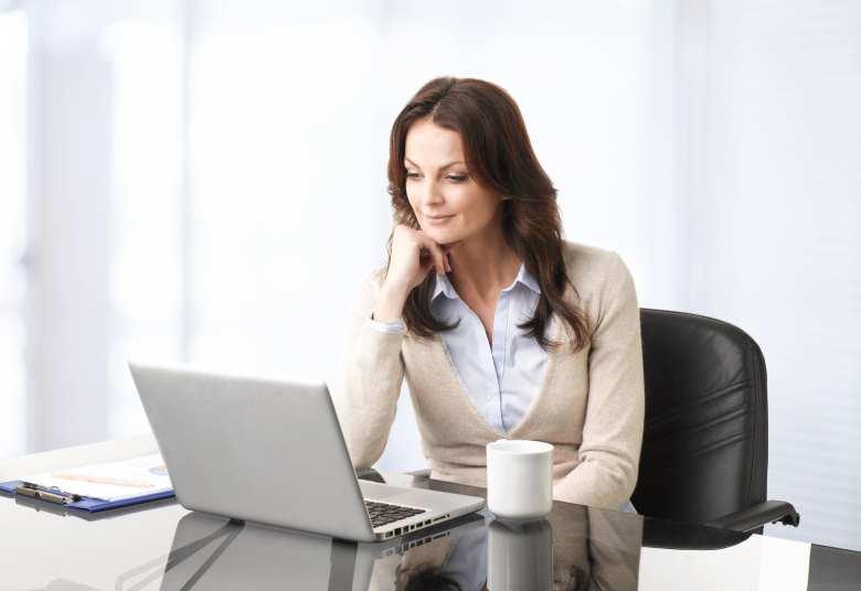 Englische emails, lesen, verstehen, beantworten, Seminar, Kurs - Frau im Büro vor Notebook